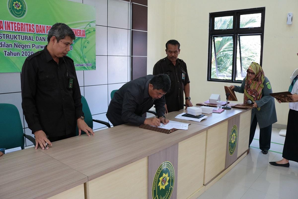 Ketua Pengadilan Negeri Purworejo Kelas I B menandatangani Pakta Integritas dan Perjanjian Kinerja